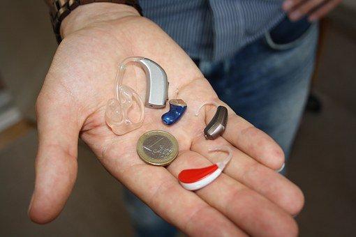 praktyczne akcesoria do aparatów słuchowych